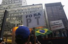 Foto de archivo de una manifestación en Sao Paulo contra el escándalo en la petrolera brasileña Petrobras. Mar 13, 2015.  Fiscales brasileños acusaron formalmente el lunes al tesorero del gobernante Partido de los Trabajadores (PT) y a otras 26 personas por actos de corrupción ligados a la compañía estatal Petrobras, en un nuevo golpe contra la presidenta Dilma Rousseff. REUTERS/Nacho Doce