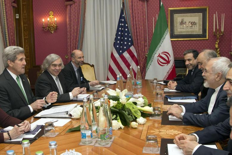 U.S. Secretary of State John Kerry (L) holds a meeting with Iran's Foreign Minister Javad Zarif (R) over Iran's nuclear program in Lausanne March 17, 2015.  REUTERS/Brian Snyder