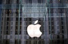 Логотип Apple на входе в магазин в Нью-Йорке. 4 апреля 2013 года. Американская компания Apple Inc ведет переговоры с создателями телеконтента и может запустить услугу платного интернет-телевидения уже этой осенью, сообщила Wall Street Journal со ссылкой на источники. REUTERS/Mike Segar