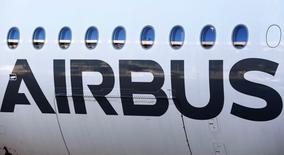 Airbus Group accuse avec près de 4,0% la plus forte baisse du CAC 40 mardi à mi-séance à la Bourse de Paris, en raison de la remontée de l'euro à 1,0601 dollar, après avoir pris plus de 24% en Bourse depuis le 26 février, date à laquelle la monnaie unique était passée sous la barre de 1,13 dollar. /Photo prise le 13 janvier 2015/REUTERS/Regis Duvignau