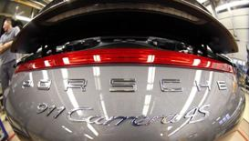 Un flamanete Porsche 911 Carrera 4S en la planta de Porsche en Stuttgart-Zuffenhausen, Alemania, mar 10 2015. Todos los autos nuevos que se vendan en la Unión Europea a partir de marzo de 2018 deberán estar equipados con tecnología para contactar a los servicios de emergencias en caso de sufrir algún accidente, según una iniciativa aprobada el martes por un panel del Parlamento Europeo. REUTERS/Michaela Rehhle