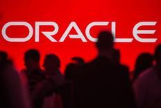 Le chiffre d'affaires d'Oracle a stagné au troisième trimestre de son exercice décalé, en raison notamment de la vigueur du dollar. L'éditeur américain de logiciels pour entreprises a dégagé un chiffre d'affaires à 9,3 milliards de dollars, inchangé sur un an, et son bénéfice net a baissé légèrement, à 2,49 milliards. /Photo d'archives/REUTERS/Jana Asenbrennerova
