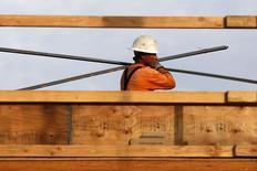 En la imagen, un hombre trabaja en el lugar de construcción de un complejo de departamentos en Los Angeles, California. 17 de marzo, 2015. Las solicitudes de hipotecas en Estados Unidos cayeron la semana pasada debido a una disminución tanto de los pedidos de préstamos para compras de casas como de refinanciamiento, dijo el miércoles un grupo de la industria. REUTERS/Lucy Nicholson