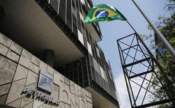 La casa matriz de Petrobras en Río de Janeiro, mar 4 2015. La oficina del contralor general de Brasil agregó el miércoles a otras seis firmas de construcción e ingeniería a una investigación de contratistas que supuestamente participaron en una red de corrupción en la petrolera estatal Petrobras. REUTERS/Sergio Moraes