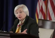 """Janet Yellen, présidente de la Réserve fédérale américiane. La Fed a franchi mercredi un pas de plus vers la première hausse de ses taux d'intérêt depuis 2006 en supprimant toute référence à une attitude """"patiente"""" mais elle a revu en baisse ses prévisions de croissance et d'inflation et les marchés parient désormais sur un premier resserrement en septembre. /Photo prise le 18 mars 2015/REUTERS/Joshua Roberts"""
