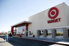 Le groupe américain de grande distribution Target va augmenter le salaire minimum de l'ensemble de ses salariés à neuf dollars (8,30 euros) de l'heure, emboîtant le pas à plusieurs de ses concurrents, dont le numéro un du secteur, Wal-Mart,. /Photo d'archives/REUTERS/Rick Wilking