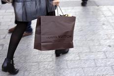 La baisse de l'euro, tout en profitant à l'industrie européenne du luxe, se révèle aussi porteuse d'importants déséquilibres auxquels les grandes marques vont devoir répondre en ajustant leurs prix en Europe et en Asie. /Photo d'archives/REUTERS/Philippe Wojazer
