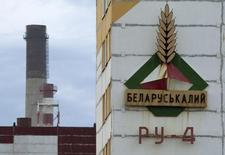 Логотип Беларуськалия на здании в Солигорске. 31 августа 2013 года. Трейдер одного из крупнейших в мире производителей хлористого калия Беларуськалия - Белорусская калийная компания - сообщил в четверг, что подписал с Китаем контракт на поставку в этом году по цене $315 за тонну. REUTERS/Vasily Fedosenko