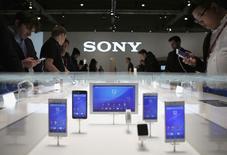 En la imagen, el stand de Sony en el Congreso Mundial de Móviles de Barcelona, el 5 de marzo de 2015. Sony Corp lanzó el miércoles su servicio de video PlayStation Vue Web en tres ciudades, en busca de los clientes que demandan alternativas más baratas al cable, con paquetes que van desde los 50 dólares. REUTERS/Albert Gea