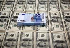 Банкноты евро и доллара США. Сараево, 9 марта 2015 года. Золотовалютные резервы РФ достигли нового минимума с начала апреля 2007 года, $351,7 миллиарда, сократившись с 6 по 13 марта на $5 миллиардов, следует из данных Банка России. REUTERS/Dado Ruvic