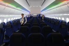"""Zodiac Aerospace a prévenu jeudi que son résultat opérationnel courant du premier semestre serait """"impacté de manière significative"""" par les difficultés de ses activités dans les sièges d'avion. /Photo prise le 4 août 2014/ REUTERS/Yuya Shino"""