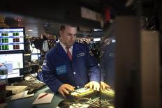 Трейдер на торгах Нью-Йоркской фондовой биржи 2 января 2015 года. Американские фондовые индексы Dow Jones и S&P 500 снизились в четверг за счет падения цен на нефть и прочее сырье под давлением высокого курса доллара. REUTERS/Carlo Allegri