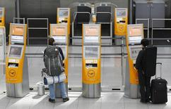 Passengers check-in during a pilots' strike of German flagship carrier Lufthansa at Munich's airport March 18, 2015. REUTERS/Michaela Rehle