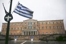 Bandeira da Grécia em frente ao prédio do Parlamento, em Atenas. 13/03/2015 REUTERS/Alkis Konstantinidis