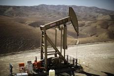 Una unidad de bombeo de crudo en Monterey Shale, México, abr 29 2013. El número de plataformas petroleras activas en Estados Unidos siguió cayendo esta semana, en 41 a 825, un número que es el menor en cuatro años, informó el viernes un reporte de la empresa de servicios petroleros Baker Hughes.  REUTERS/Lucy Nicholson