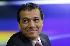 El ministro de Economía de Perú, Alonso Segura, en una entrevista en una radio de Lima, sep 16 2014. Perú espera financiar el déficit fiscal que prevé para el próximo año con lo que obtuvo en una operación esta semana, que incluyó la reapertura de bonos y el canje deuda en los mercados internacionales, dijo el viernes el ministro de Economía, Alonso Segura. REUTERS/Mariana Bazo