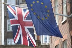 Une sortie de la Grande-Bretagne de l'Union européenne se traduirait par une amputation de son produit intérieur brut de manière permanente de 2,2% d'ici 2030, une perte que des accords de libre-échange avec ses anciens partenaires ne suffiraient pas à compenser, estime le centre de réflexion Open Europe. /Photo prise le 25 mai 2014/ REUTERS/Neil Hall