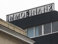 Логотип Immofinanz на крыше офисного здания в Вене. 21 марта 2013 года. Австрийский девелопер Immofinanz AG заявил в понедельник, что готов купить пакет акций размером до 29 процентов своего конкурента CA Immo по цене 18,5 евро за бумагу, который вместе с партнером - российской O1 Group Бориса Минца - сам пытается купить долю в Immofinanz. REUTERS/Heinz-Peter Bader
