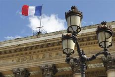 La Bourse de Paris est orientée en baisse à la mi-journée, le retour du dossier grec sur le devant de la scène boursière européenne incitant les investisseurs à la prudence. A 12h43, l'indice CAC 40 perd 0,81%. /Photo d'archives/REUTERS/Charles Platiau