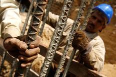 Unos trabajadores sostienen unas barras de acero en una construcción en Caracas, ago 15 2007.  La producción de acero y aluminio en Venezuela retrocedió en 2014 a niveles de hace tres décadas, dijo el Ministerio de Industrias en su informe anual, en medio de tímidas inversiones, obsolescencia y constantes conflictos laborales. REUTERS/Jorge Silva