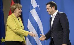 A chanceler alemã, Angela Merkel, e o primeiro-ministro da Grécia, Alexis Tsipras, se preparam para um aperto de mãos após entrevista coletiva em Berlim. 23/03/2015.   REUTERS/Hannibal Hanschke