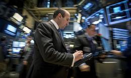 Трейдеры на фондовой бирже в Нью-Йорке. 19 марта 2015 года. Фондовые рынки США снизились в понедельник на фоне колебаний курса доллара, оказывающих влияние на другие рынки, включая цены на нефть. REUTERS/Brendan McDermid