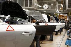 La economía alemana tuvo un buen comienzo de 2015 en el primer trimestre y hay evidencia que sugiere que el crecimiento continuará, dijo el martes el Ministerio de Finanzas. En la imagen, una línea de montaje de Porsche 911  en Stuttgart-Zuffenhausen, Alemania, el 10 de marzo de 2015. REUTERS/Michaela Rehle