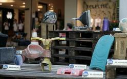 Brinquedos coletados na Baía de Guanabara em exposição no Rio de Janeiro. 24/03/2015.   REUTERS/Sergio Moraes
