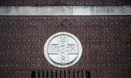 MERCK a annoncé que son conseil d'administration l'avait autorisé à racheter jusqu'à 10 milliards de dollars de ses propres actions, portant le total à 11,7 milliards. /Photo d'archives/REUTERS/Jeff Zelevansky