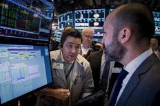 Трейдеры на фондовой бирже в Нью-Йорке. 25 марта 2015 года. Фондовый рынок США снизился в среду за счет спада котировок технологических и биотехнологических компаний. REUTERS/Brendan McDermid