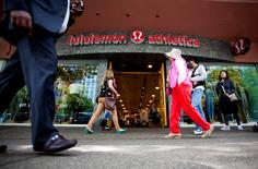 Pedestrians walk past a store of yogawear retailer Lululemon Athletica in downtown Vancouver in this June 11, 2014 file photo. REUTERS/Ben Nelms/ Files