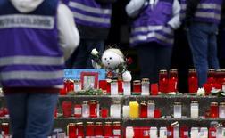 Панихида в школе в немецком Хальтерн-ам-Зе 26 марта 2015 года по 16 ученикам и двум преподавателям, погибшим в крушении немецкого лайнера в Альпах накануне. Второй пилот рейса Germanwings заперся в кабине перед падением и, похоже, намеренно разбил лайнер со 150 людьми на борту, сообщило следствие. REUTERS/Ina Fassbender