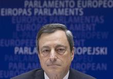 En la imagen, el presidente del BCE, Mario Draghi, durante una reunión del Parlamento Europeo en Bruselas. 23 de marzo, 2015. La compra de bonos por parte del Banco Central Europeo (BCE) reforzará la recuperación económica de la zona euro, dijo el jueves el presidente de la institución, Mario Draghi, y agregó que ya había evidencias de que el programa está dando resultado. REUTERS/Yves Herman