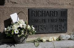 Flores deixadas na base da estátua do Rei Ricardo 3º na catedral de Leicester, na Inglaterra.  22/03/2015   REUTERS/Suzanne Plunkett
