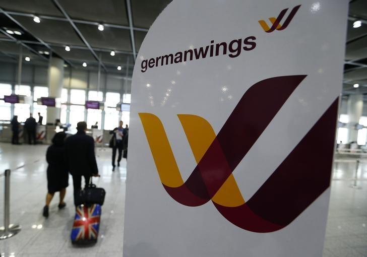 Companhias aéreas adotam regra que exige presença de duas pessoas na cabine, após acidente nos Alpes