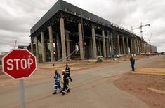 Workers walk past the construction site of Medupi power station in Lephalele April 11, 2013.  REUTERS/Siphiwe Sibeko