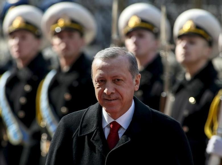 Turkey's President Tayyip Erdogan takes part in a welcoming ceremony in Kiev March 20, 2015.  REUTERS/Gleb Garanich