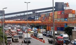 En la imagen, camiones se alinean en terminales de azúcar y soja en el puerto de Santos. 25 de febrero, 2015. La economía de Brasil creció un 0,1 por ciento en 2014, con lo que superó levemente lo esperado, pero la baja en la inversión y en el gasto del Gobierno establecen las bases para lo que la mayoría de los observadores espera sea una dolorosa recesión en 2015. REUTERS/Paulo Whitaker