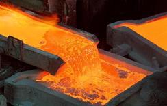 Proceso de producción de cátodos en la refinería de Codelco en Ventanas, Chile, ene 7 2015. La minera estatal chilena Codelco, la mayor productora mundial de cobre, estimó el viernes menores ganancias para el 2015 en comparación a lo conseguido el año pasado, ante una mayor debilidad en el precio internacional del metal. REUTERS/Rodrigo Garrido