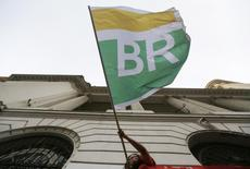 A woman waves a flag with Petrobras' logo as she takes part in a demonstration in defense of Brazil's President Dilma Rousseff and the state-run oil company Petrobras, in Rio de Janeiro March 13, 2015.   REUTERS/Ricardo Moraes