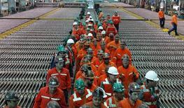 Trabajadores de Codelco en la refinería de Ventanas en Ventanas, Chile, ene 6 2015. La estatal chilena Codelco, mayor productora mundial de cobre, estima que obtendrá menores ganancias este año debido a la debilidad en el precio del metal, que espera promedie los 2,80 dólares por libra.  REUTERS/Rodrigo Garrido