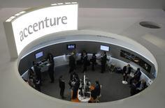 Le cabinet de conseil en management et technologies de l'information Accenture a relevé jeudi sa prévision de croissance de chiffre d'affaires pour l'ensemble de l'année pour la deuxième fois à la faveur de nouveaux contrats, principalement dans sa division externalisation, soutenue par la volonté des entreprises de réduire leurs coûts. /Photo d'archives/REUTERS/Albert Gea