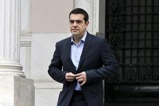 El primer ministro griego, Alexis Tsipras, abandona su oficina en Atenas tras una reunión con su equipo económico.  Marzo 27, 2015.  REUTERS/Alkis Konstantinidis