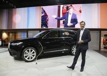 Hakan Samuelsson, directeur général de Volvo Cars. La marque, désormais propriété d'un groupe chinois, va investir 500 millions de dollars (460 millions d'euros) dans une usine d'assemblage aux Etats-Unis, une première pour le constructeur automobile suédois soucieux d'y relancer ses ventes. /Photo prise le 19 novembre 2014/REUTERS/Lucy Nicholson