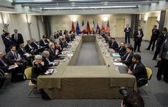 Представители России, США, Великобритании, Франции, Китая, Германии и Ирана перед началом переговоров в гостинице Beau Rivage Palace Hotel в Лозанне. 30 марта 2015 года.  REUTERS/Brendan Smialowski/Pool