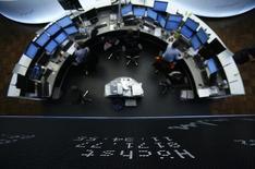 Les Bourses européennes restent bien orientées à mi-séance, portées par les reculs de l'euro et du pétrole et par des espoirs de mesures de soutien à l'économie en Chine. À Paris, le CAC 40 prenait 1,14% vers 12h45. À Francfort, le Dax gagnait 1,46% et à Londres, le FTSE avançait de 0,48%. /Photo d'archives/REUTERS/Lisi Niesner