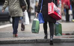 Les prix de détail ont un peu augmenté en mars en Allemagne (+0,5% d'un mois sur l'autre et +0,1% sur un an), après avoir baissé au cours des deux premiers mois de l'année,  selon les premières estimations publiées par l'Office fédéral de la statistique. /Photo prise le 23 décembre 2014/REUTERS/Hannibal Hanschke