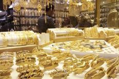 Рынок ювелирных изделий в Басре. 14 февраля 2015 года. Золото дешевеет во вторник и находится на пути к третьему подряд квартальному падению под давлением сильного доллара и ожиданий повышения ставок ФРС США в этом году. REUTERS/ Essam Al-Sudani