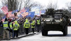Бронемашины Второго кавалерийского полка США в Праге 30 марта 2015 года. Высокопоставленный офицер НАТО американский генерал Филип Бридлав назвал движение конвоя бронетехники по дорогам Чехии сигналом, призванным успокоить союзников, соседствующих с Россией. REUTERS/David W Cerny