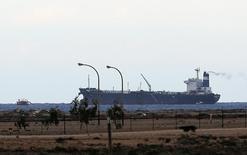 Танкер под флагом КНДР в порту Рас-Лануф  8 марта 2014 года. Два крупнейших нефтяных порта Ливии Рас-Лануф и Эс-Сидр смогут заработать после необходимых проверок безопасности, поскольку территорию портов покинули вооруженные формирования противников международно признанных властей, сообщила Национальная нефтяная компания (ННК) во вторник. REUTERS/Esam Omran Al-Fetori